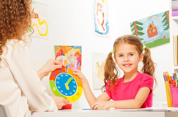 девочка учит время