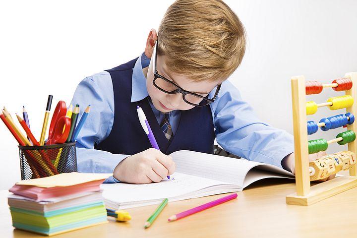 ребенок пишет