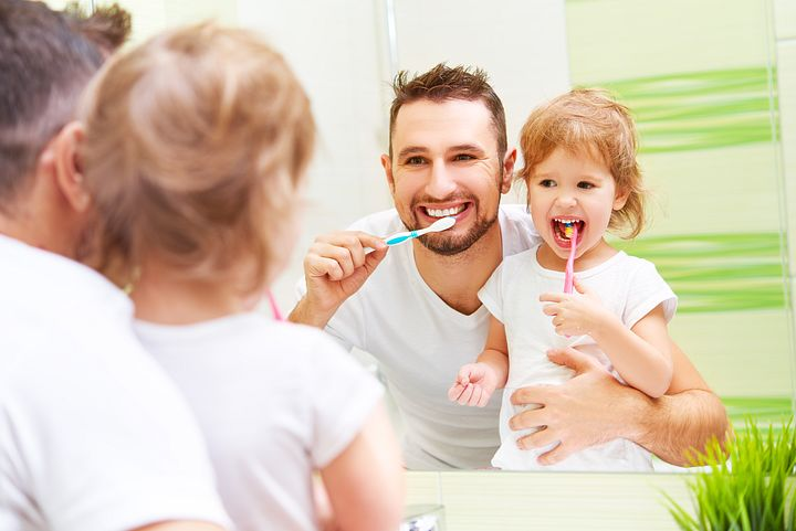 дочка и папа чистят зубы