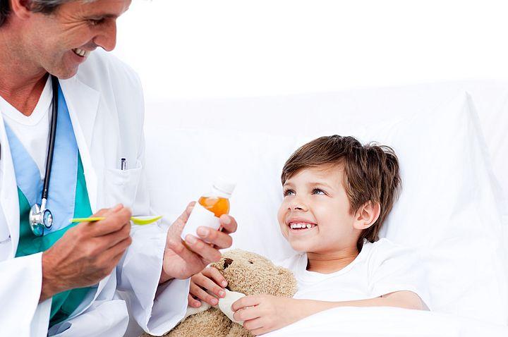 мальчик принимает противовирусный препарат