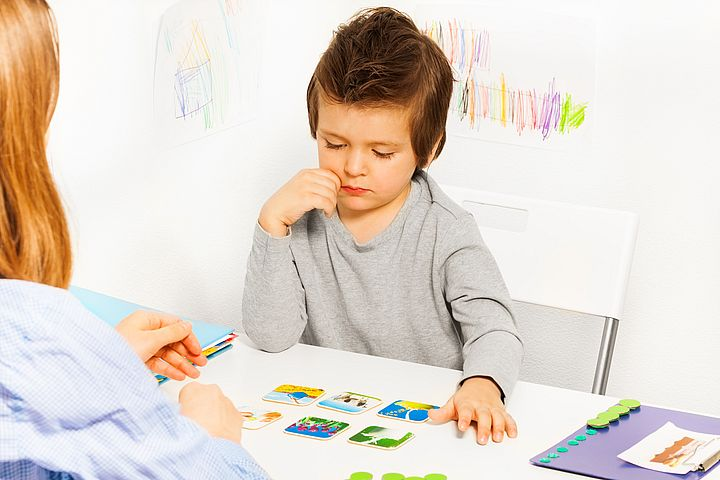 мальчик играет в развивающую игру