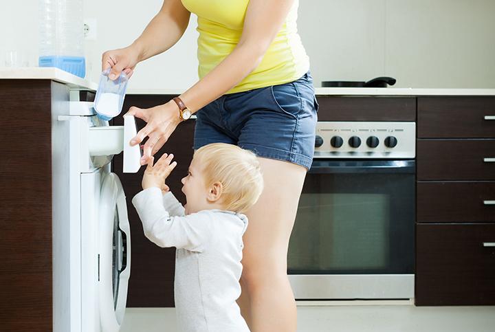 малыш стирает с мамой