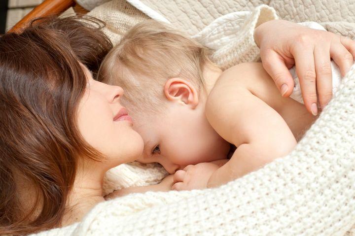 кормит грудью малыша