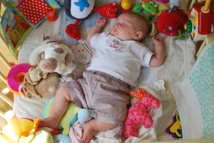 когда надо приучать ребенка спать отдельно