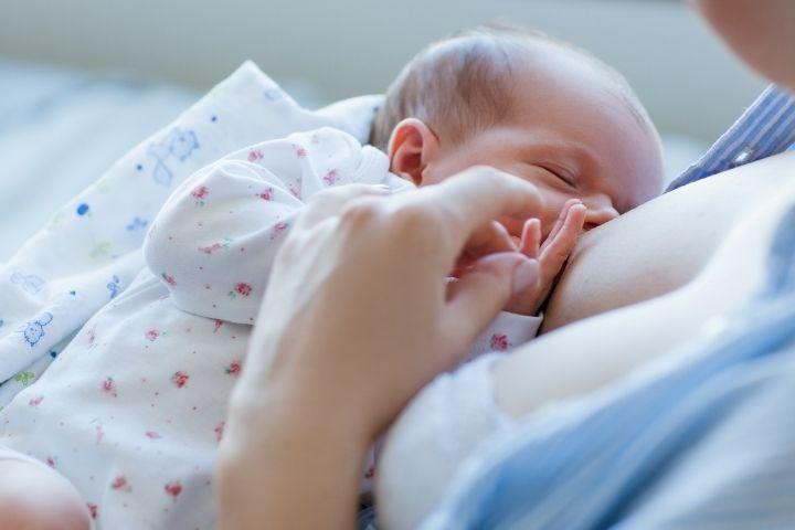 Первое кормление малыша грудью