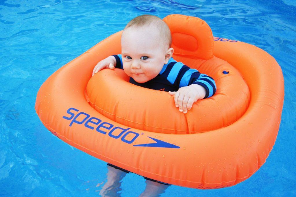 Плавание грудничка с кругом