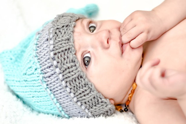 Ребенок сосет пальчики